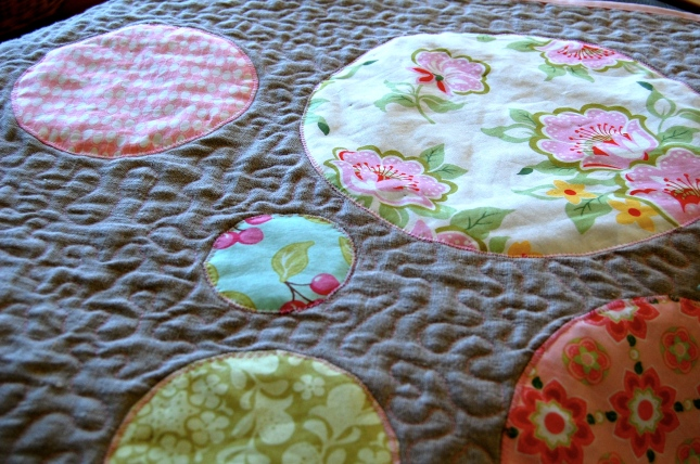 circles quilt tutorial- close up quilting